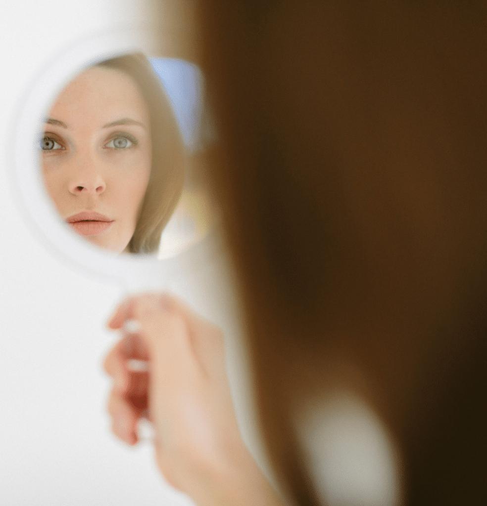 Blick in den Spiegel nach einer Faltenbehandlung in Köln bei Frau Dr. Pirkko Schuppan
