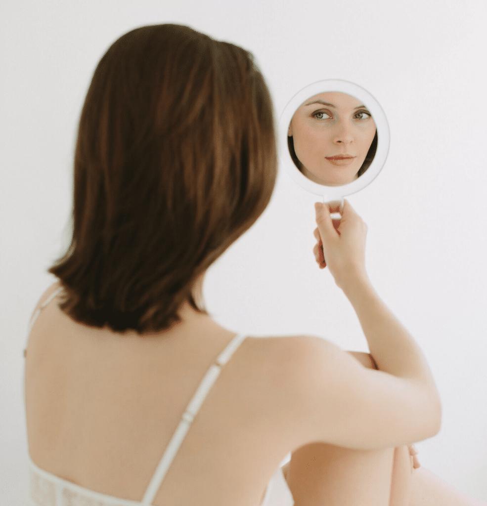 Blick in den Spiegel nach einer Faltenbehandlung bei Frau Dr. Pirkko Schuppan in Köln