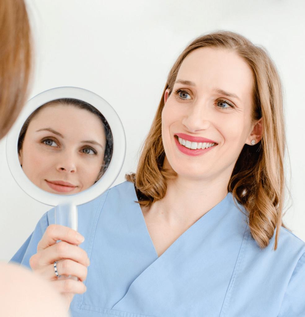 Blick in den Spiegel nach einer Lidkorrektur bei Frau Dr. Pirkko Schuppan in Köln