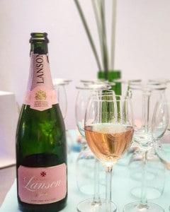 Champagner bei Event mit Live Behandung in der Praxis von Frau Dr. Pirkko Schuppan